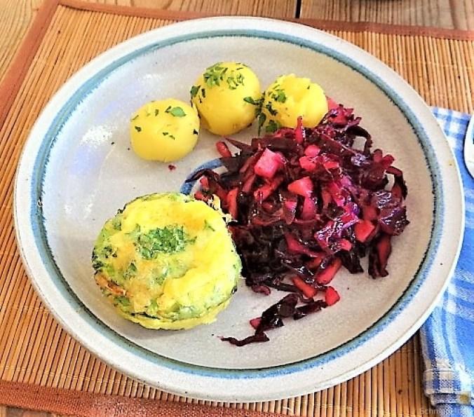 Tassenei und Rotkohlsalat (1)