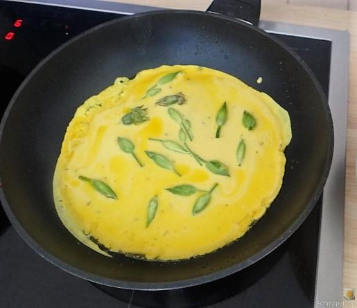 Eierpfannkuchen mit Knospen vom Bärlauch und Löwenzahn (17)