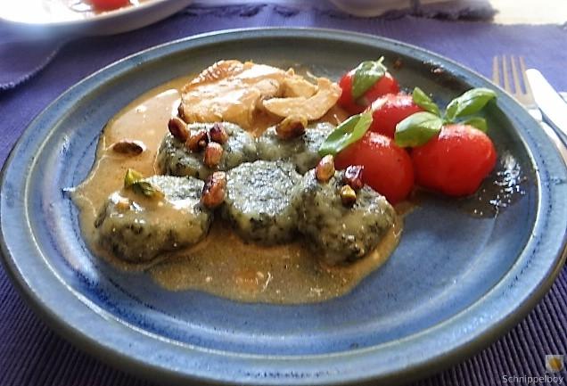 Wildkräuter Gnocchis, Poulardenbrust, Geschmorte Tomaten (27)