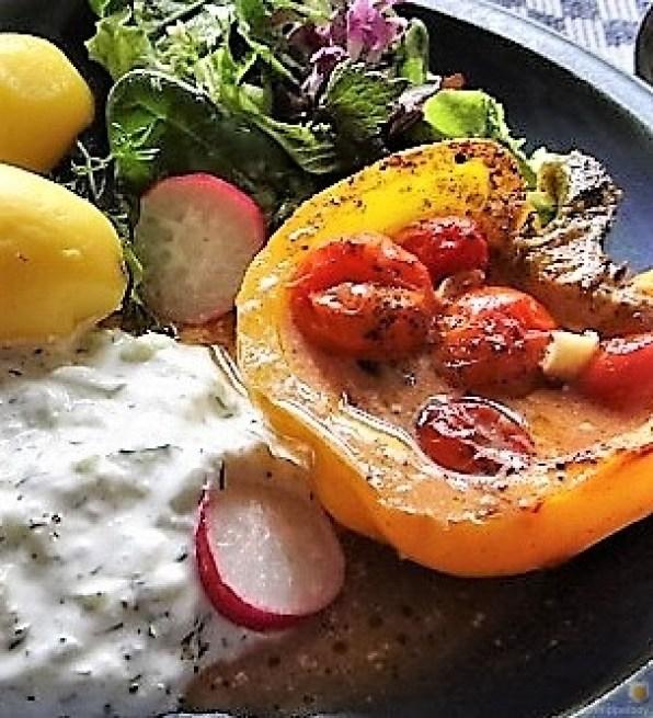 Gefüllte Paprika,Tzatziki,Bunter Salat (3)