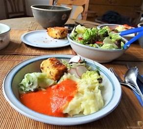 Kartoffelstampf mit Feta, Paprikasauce, Gurkensalat und ein Blattsalat (17)