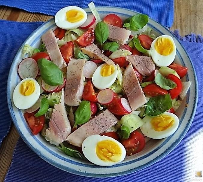 Bunter Salat mit Salat und Eiern (1)