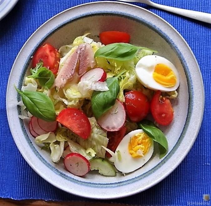Bunter Salat mit Salat und Eiern (2)