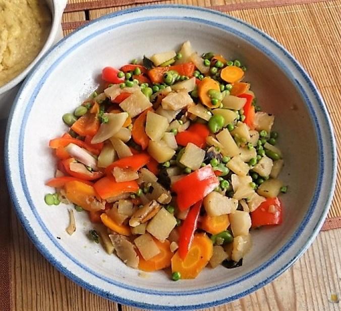 Gedämpftes Gemüse, Ernußsauce und Polenta, (24)