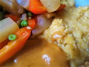 Gedämpftes Gemüse, Ernußsauce und Polenta, (31)
