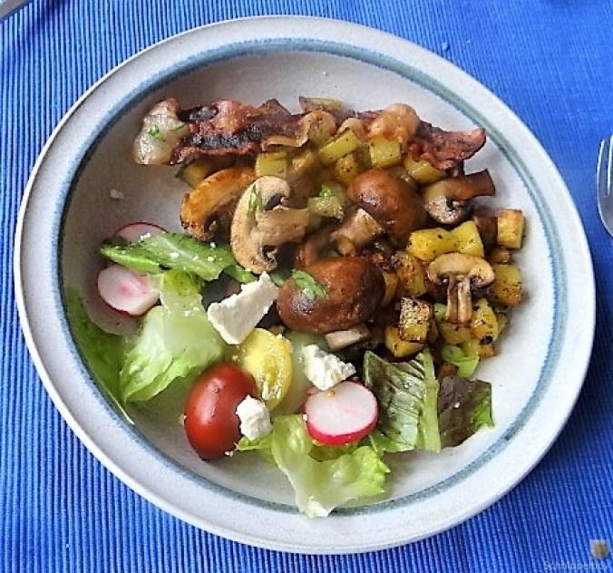 Bratkartoffeln mit Champignon und buntem Salat (3)