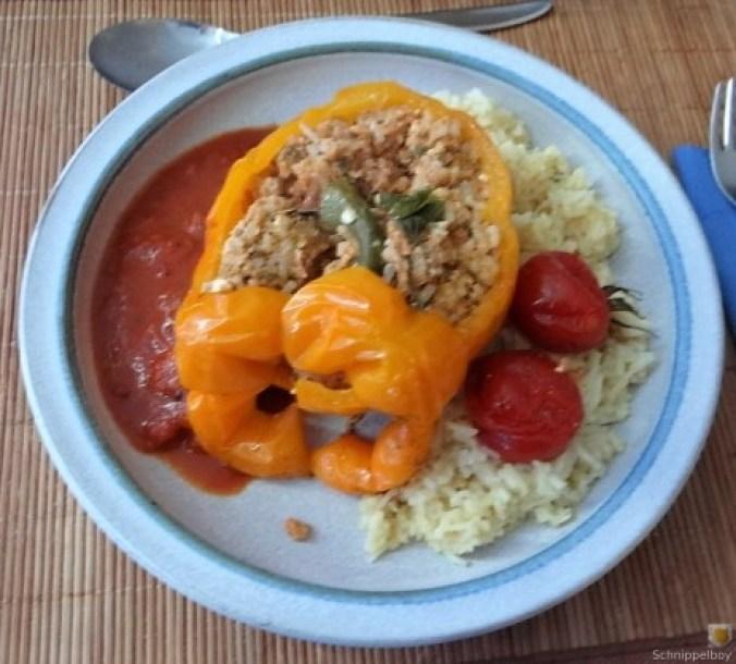 Gefüllte Paprika mit Tomatensauce und Reis (3)