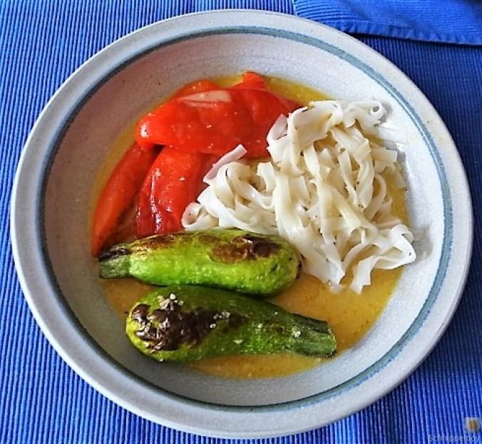 Spitzpaprika in Kokosmilch mit Minizucchini und Reisnudeln (19)