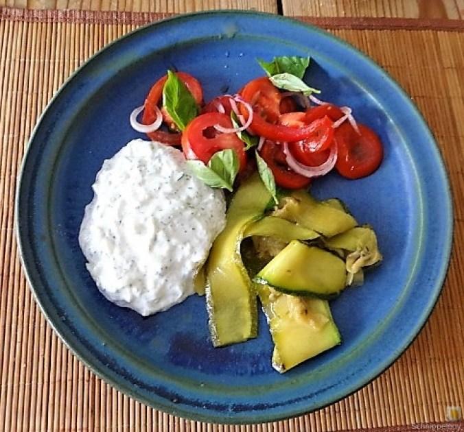 Zucchini-Tomatensalat und Tzatziki (18)