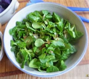 Lila Kartoffeln, Guacamole, Burrata und Salat (14)