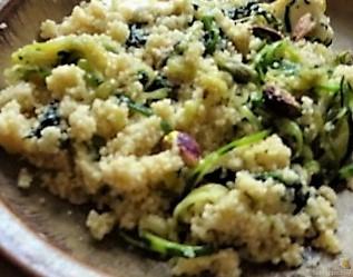 Couscous mit Spinat, Zucchini Zoodles und gewürztem Kuh Feta (18)