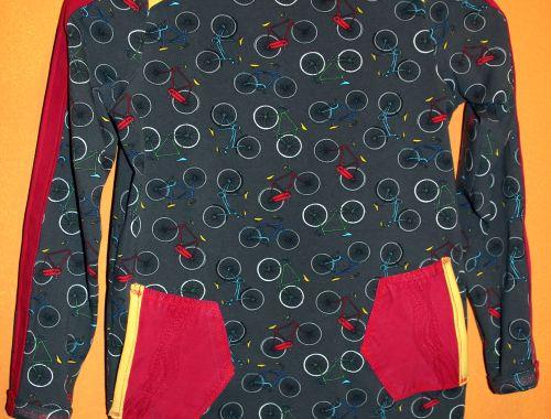 Ärmelstreifen, Taschen und ein schmales Bändchen als Hingucker.
