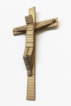 David Bielander. Kruzifix. Silber, Weißgold, Heftklammern, patiniert. 2015. Foto Dirk Eise
