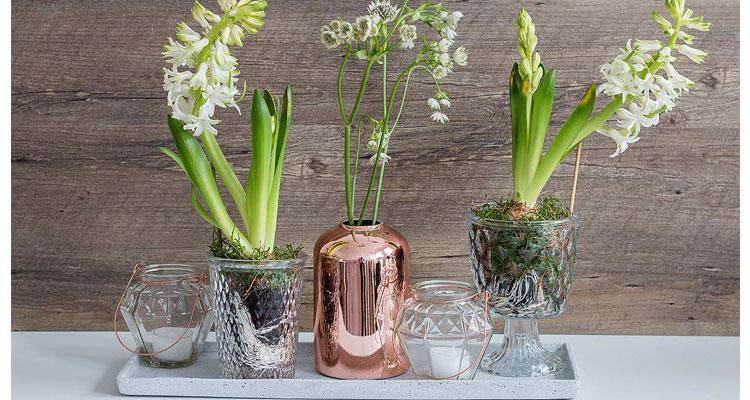 Frhlingsdeko mit Kupferelementen und Blumen  Schn bei