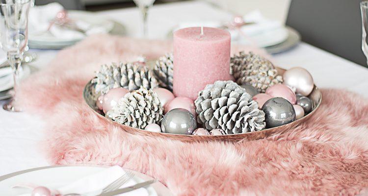 Weihnachtliche Tischdeko mit Fell in Altrosa