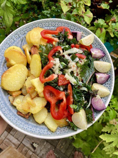 Rohkostsalat im Grünkohl und Tomatillo