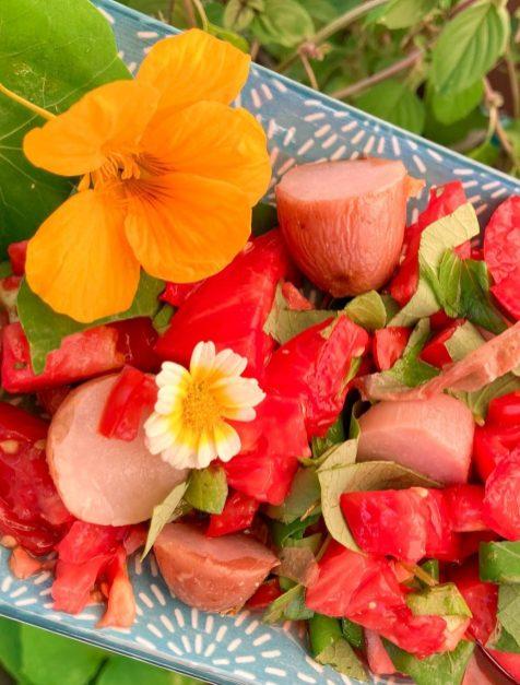 Blüten im Tomaten-Kartoffelsalat