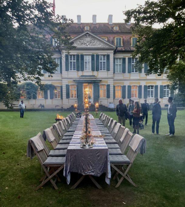 Die abendliche Tafel im Lustgarten von Schloss Dennenlohe.