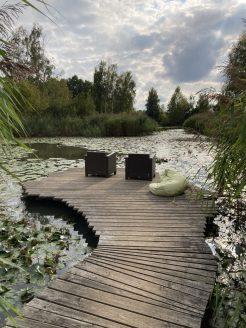Einer der vielen idyllischen Sitz Plätze am See im Schlosspark Dennenlohe.