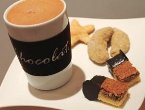 Kleine Auszeit mit heißer Schokolade und Plätzchen
