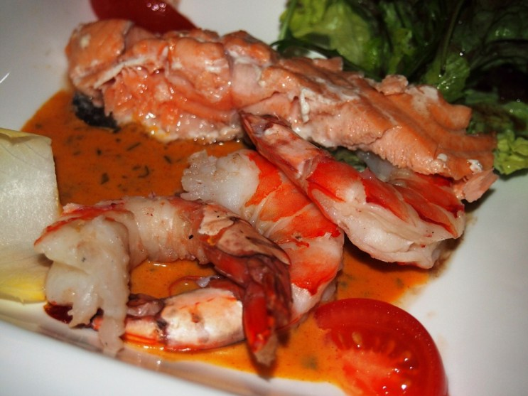 Vorweg: Lachs und Garnelen mit selbstgemachter Sauce...