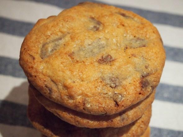 Ein Cookie mit Schoko- und Marzipan-Inseln