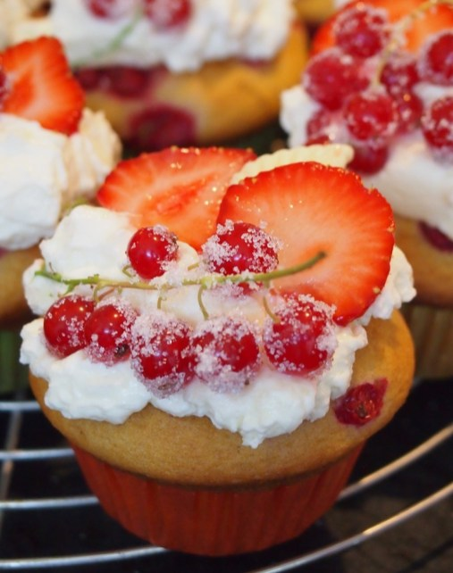 Buttermilch-Johannisbeer-Cupcakes