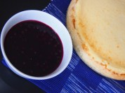 Vanilliger, cremiger Cheesecake mit Blaubeersoße
