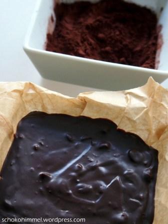 Making of: Nougat-Masse abstechen und in Kakao wälzen...