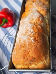 Quarkbrot mit Gemüsefüllung, frisch aus dem Ofen