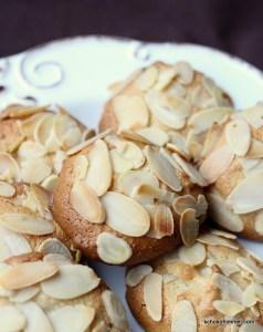 Keksteller mit Marzipan-Mandel-Plätzchen