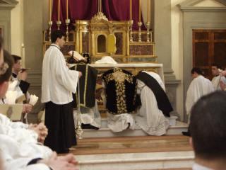 13 - Le Très-Saint Sacrement est encensé par le célébrant.