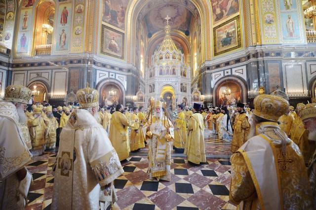 1025ème anniversaire du baptême de la Russie : divine liturgie de sainte Olga célébrée par 9 patriarches & primats métropolitains en la cathédrale du Christ Sauveur de Moscou devant les reliques de la croix de saint André