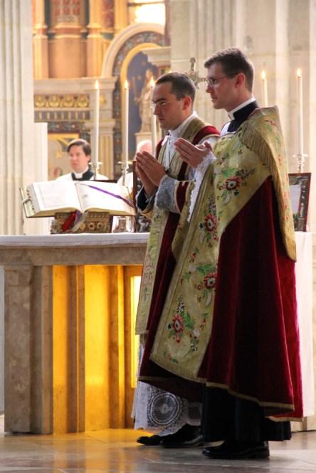 Pendant le chant de l'évangile.