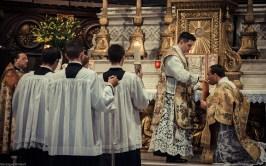 1ère messe de M. l'Abbé Lacroix, fssp, à Notre-Dame-des-Victoires, le 3 août 2013 : le diacre reçoit la bénédiction du célébrant pour chanter l'évangile