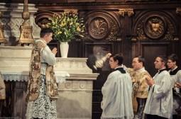 1ère messe de M. l'Abbé Lacroix, fssp, à Notre-Dame-des-Victoires, le 3 août 2013 : encensement du célébrant à l'offertoire