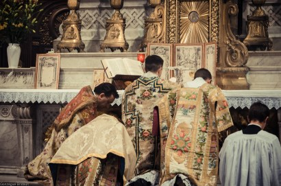 1ère messe de M. l'Abbé Lacroix, fssp, à Notre-Dame-des-Victoires, le 3 août 2013 : adoration du Corps du Seigneur