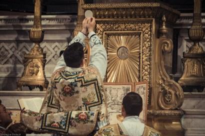 1ère messe de M. l'Abbé Lacroix, fssp, à Notre-Dame-des-Victoires, le 3 août 2013 : élévation du Corps du Christ
