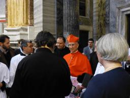 Le cardinal Hoyos à la sacristie après la messe