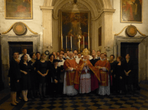 Mgr Schneider avec la Schola Sainte Cécile après la messe