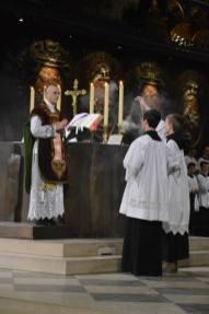 01 - Messe de départ célébrée par M. l'Abbé Iborra dans Notre-Dame-de-Paris - vigile de la Pentecôte - encensement du célébrant