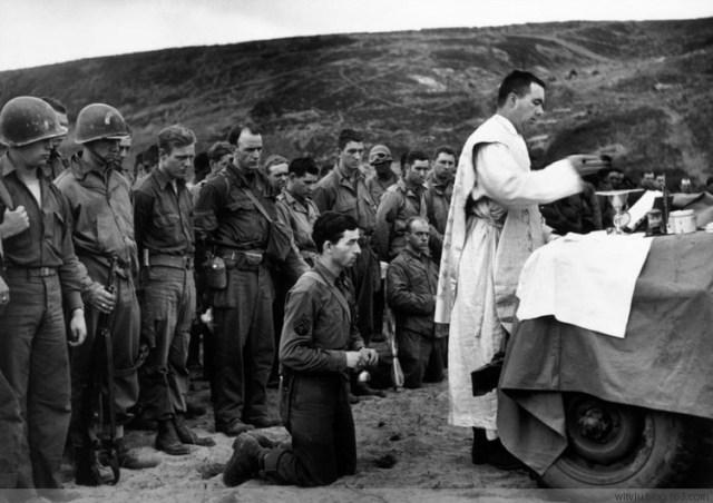 1. 12 juin 1944 - la sainte messe est célébrée à Omaha Beach
