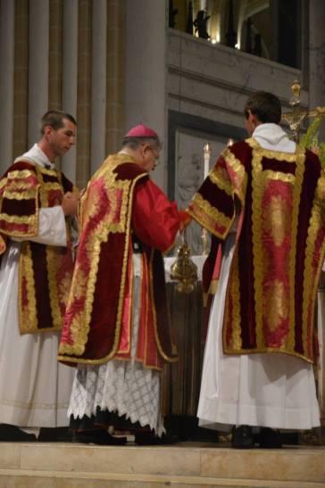25 - Messe pontificale de Mgr Aillet dans la cathédrale de Chartres - encensements de l'introït
