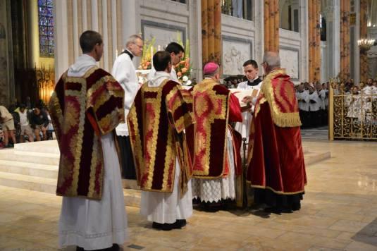 30 - Messe pontificale du lundi de Pentecôte célébrée par Mgr Aillet dans la cathédrale de Chartres
