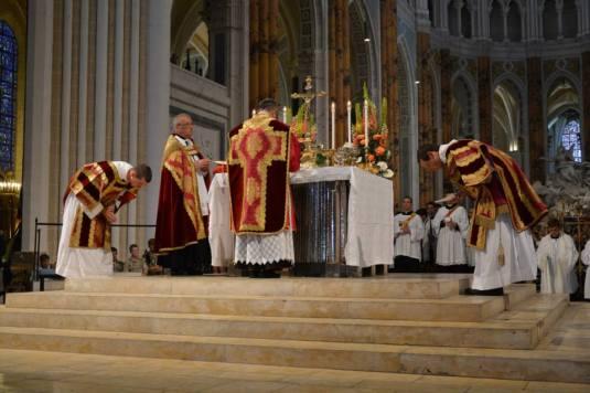 40 - Messe pontificale du lundi de Pentecôte célébrée par Mgr Aillet dans la cathédrale de Chartres - 3ème confiteor, avant la communion des fidèles