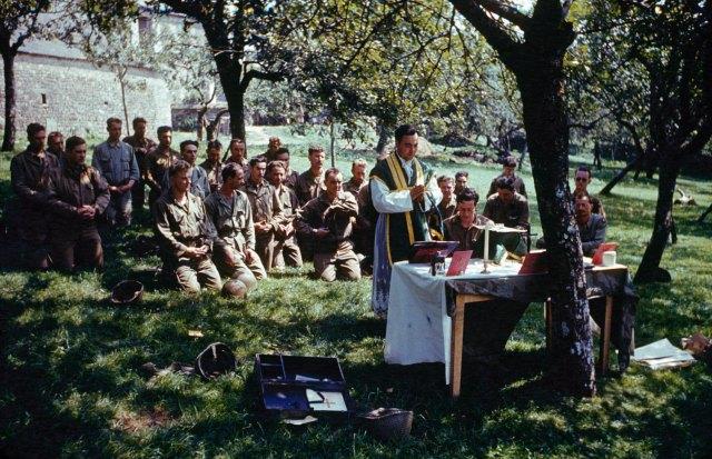 Eté 1944 - la sainte messe célébrée en Normandie après le débarquement des Alliés