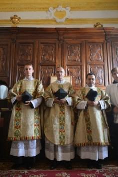 03 - A la sacristie, les officants après la messe