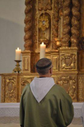 01 - Messe en la collégiale Saint-Martin de Bollène - prières au bas de l'autel