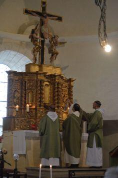 03 - Messe en la collégiale Saint-Martin de Bollène - encensement de l'autel à l'introït