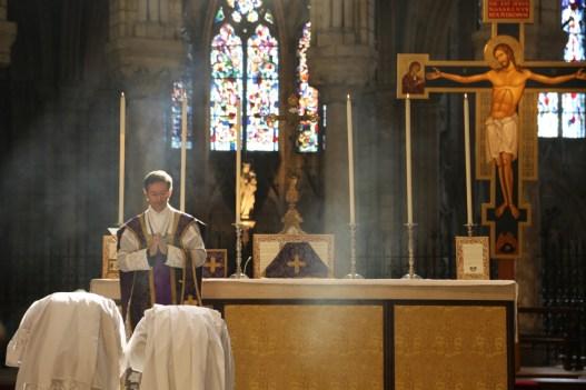 08 - messe du samedi des Quatre-Temps de septembre en la collégiale Notre-Dame de Mantes - encensement du célébrant après l'évangile